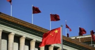 Chinese flag waves in front of the Great Hall of the People in Beijing, China, October 29, 2015. If China's yuan joins the International Monetary Fund's benchmark currency basket, changes in its economy will likely be felt more deeply in Asian financial markets, a senior IMF official said on Wednesday. REUTERS/Jason Lee